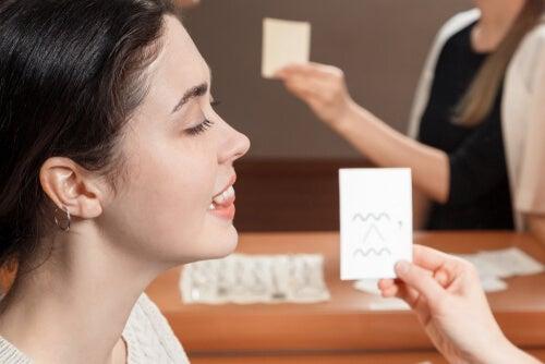 Mujer aprendiendo a pronunciar
