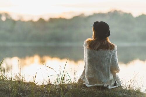 Mujer de espalda mirando al río