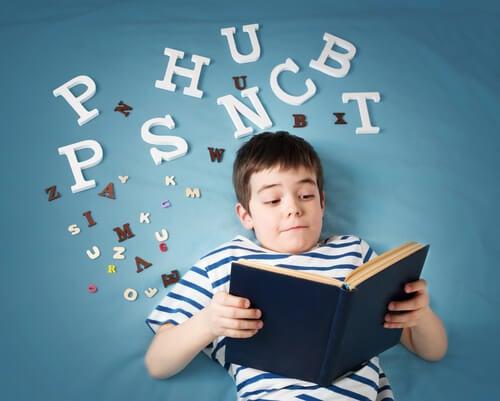 Niño con alexia con un libro