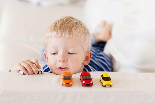 Niño ordenando coches
