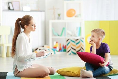 Niño con una psicóloga