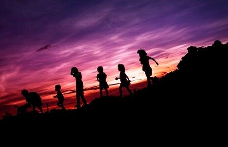Amigos al amanecer representando que los niños deben entender más de personas