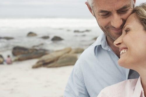Pareja en la playa simbolizando la admiración en la pareja
