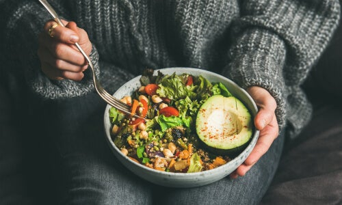 Persona con comida vegetariana