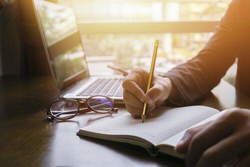 Persona escribiendo bibliografía