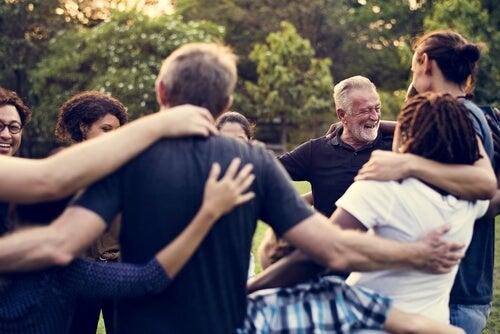 ¿Cómo influye la cultura en las relaciones sociales?
