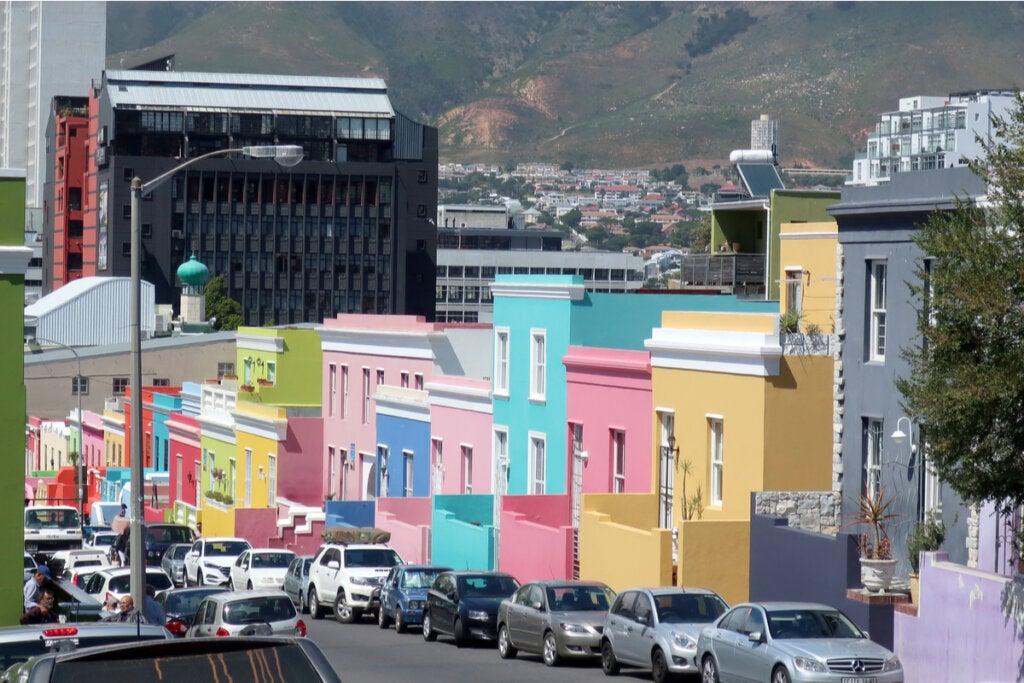 Casas de colores en barrio pobre
