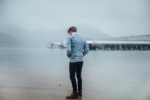 Chico ante el mar pensando en vivir en paz contigo
