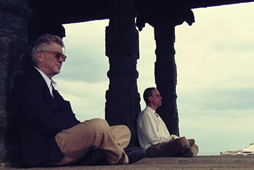 Lynch meditando para representar cómo potenciar tu creatividad según David Lynch