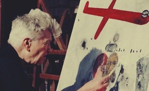 Lynch pintando para representar cómo potenciar tu creatividad según David Lynch