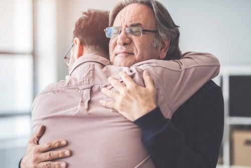 Hijo abrazando a su padre