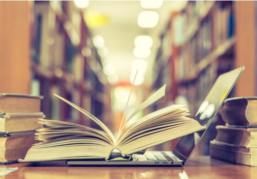 Libro abierto sobre ordenador