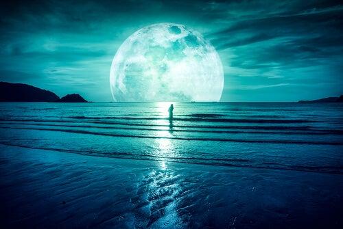 Luna con un hombre en el mar