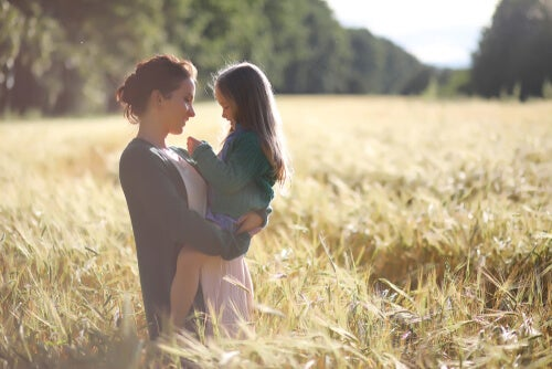 Madre hablando con su hija con baja autoestima