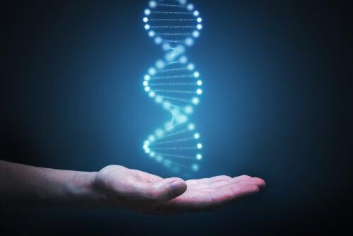 Mano con una cadena de ADN