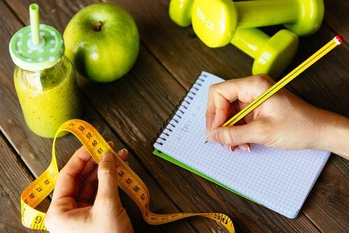 Mujer apuntando calorías