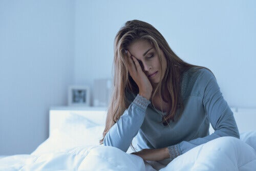 Mujer con desgana con cama