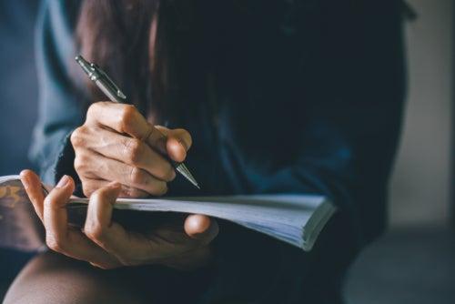 ¿Cuáles son los beneficios de escribir a mano para el cerebro?