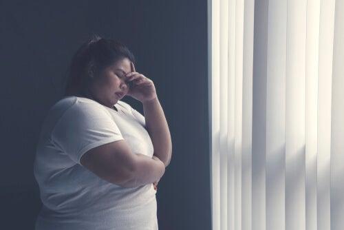 Mujer con estrés por su obesidad