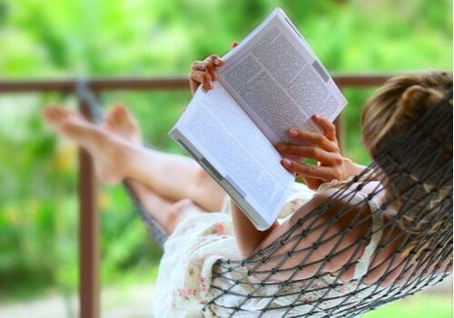 Mujer leyendo un libro tumbada