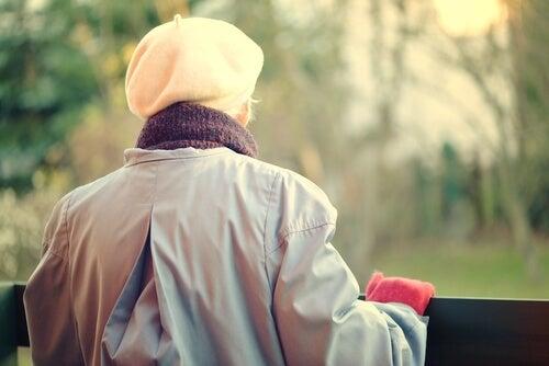Mujer mayor con la enfermedad de Cupido