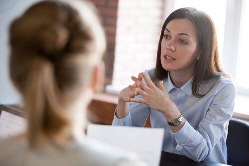 Mujer negociando