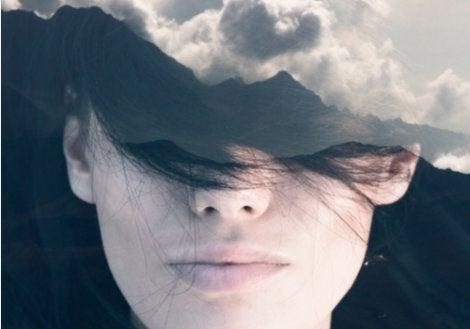 Mujer con pensamientos negativos