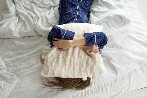 Mujer con pereza en la cama