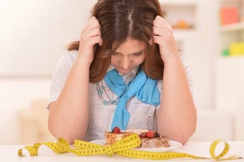 Mujer preocupada por la dieta
