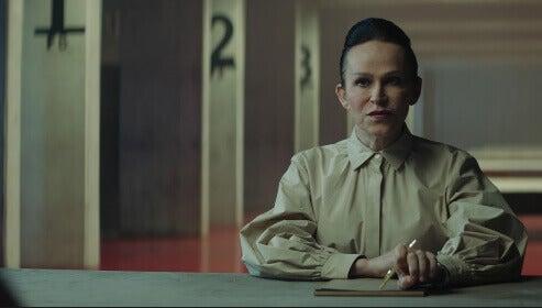 Mujer sentada en la película El Hoyo