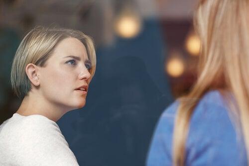 Mujeres hablando simbolizando que no siempre necesitamos consejos