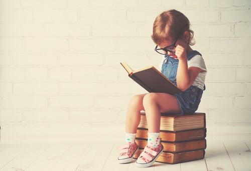 Niña leyendo libros
