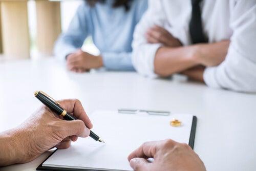 Personas firmando una separación