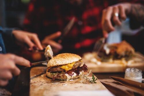 Personas comiendo hamburguesas