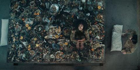 Mujer con restos de comida