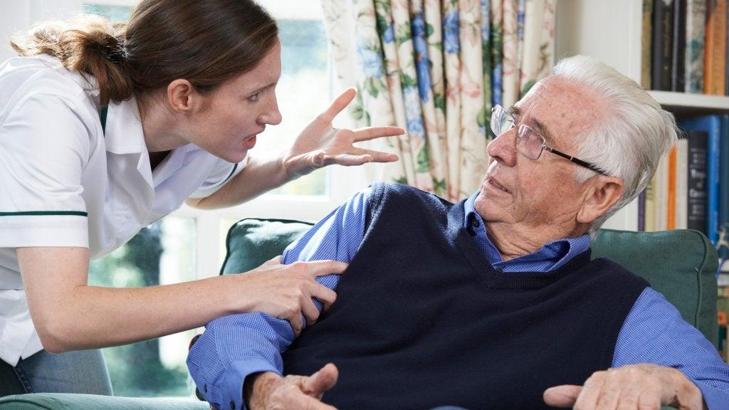 mujer con gerontofobia que trata mal a un anciano