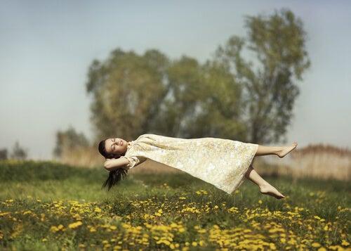 Chica levitando en el campo
