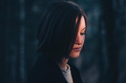Chica triste representando la neurobiología de la decepción