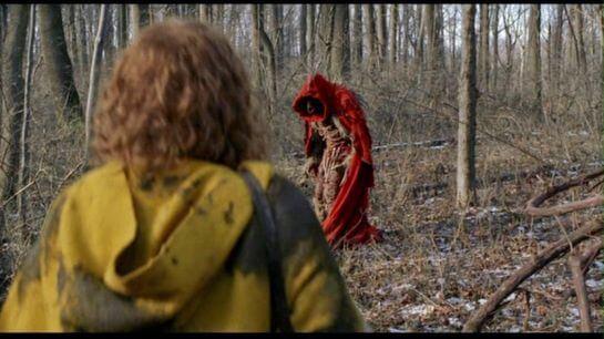 Niño con miedo en el bosque