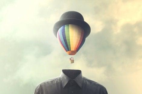 Hombre con un globo en la cabeza