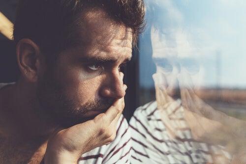 Joven triste preguntándose por qué la gente a la que quiero me hace daño