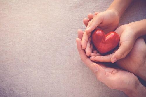Mano con corazón simbolizando que espero que estés bien
