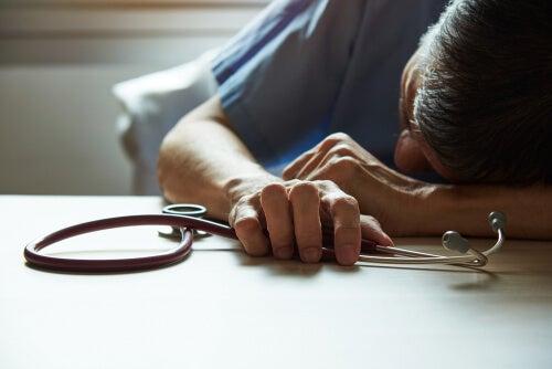 Médico con burnout