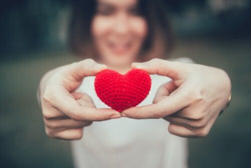 Mujer con un corazón