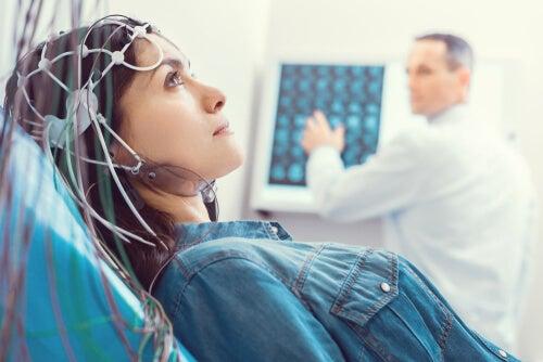 Mujer haciéndose un electroencefalograma