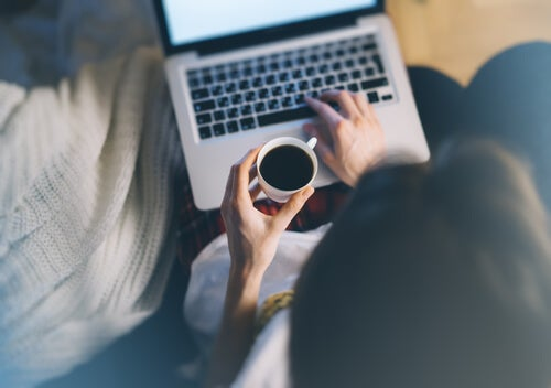 Mujer escribiendo a ordenador