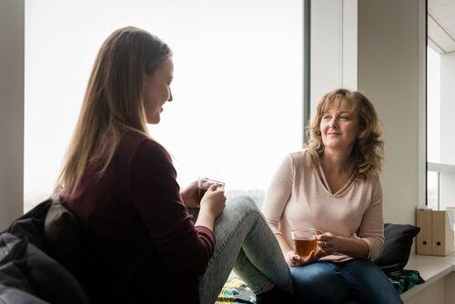 Mujer hablando con su hija adolescente