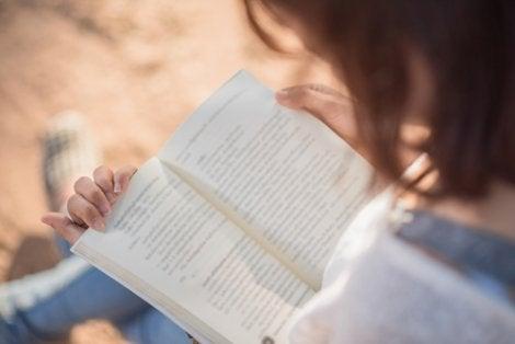 Mujer leyendo Pon corazón a tu cerebro