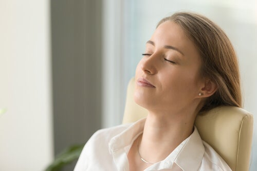 Mujer con los ojos cerrados haciendo terapia cognitiva