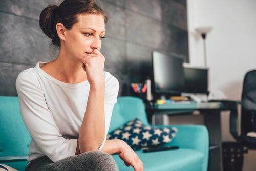 Mujer preocupada en el salón